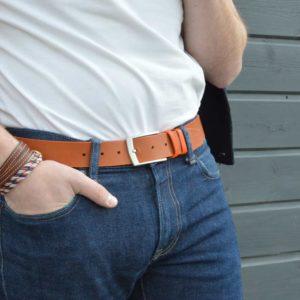 ceinture en cuir bicolore marron et orange porté sur un jean brut
