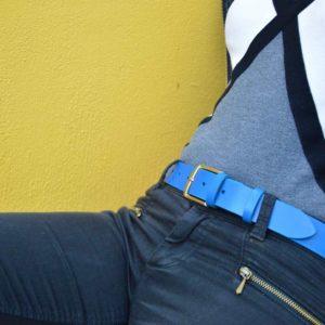 ceinture en cuir bleu porté sur un jean noir
