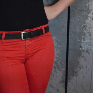 ceinture en cuir noir porté sur un pantalon rouge