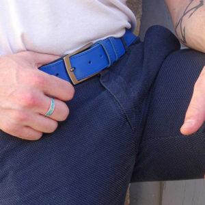 ceinture en cuir bleu surpiquée porté sur un chino bleu marine