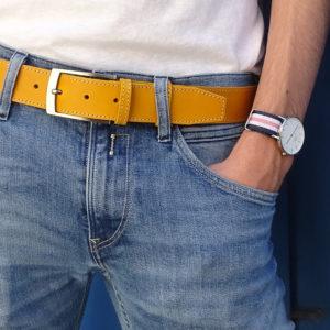 ceinture en cuir jaune surpiquée porter sur un jean clair