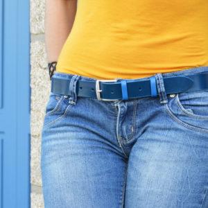 ceinture en cuir bicolore bleu et bleu pétrole porter sur un jean clair